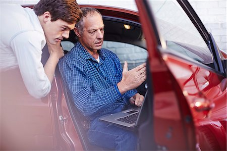 Mechanics with laptop at car in auto repair shop Stock Photo - Premium Royalty-Free, Code: 6113-08184374