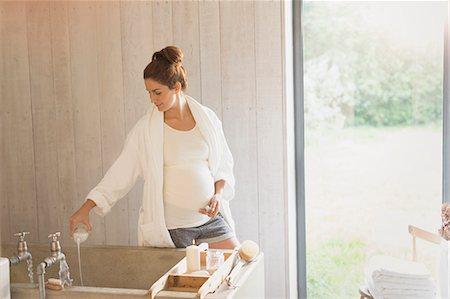 Pregnant woman preparing bubble bath Stock Photo - Premium Royalty-Free, Code: 6113-08722060