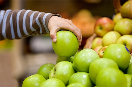 selecting - Child holding an apple Stock Photo - Premium Royalty-Free, Code: 6114-06600697