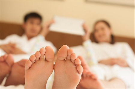 Family in Bed with Bare Feet Stock Photo - Premium Royalty-Free, Code: 6116-06938710