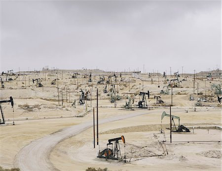 Oil rigs and wells in the Midway-Sunset shale oil fields, the largest in California Stock Photo - Premium Royalty-Free, Code: 6118-07353516