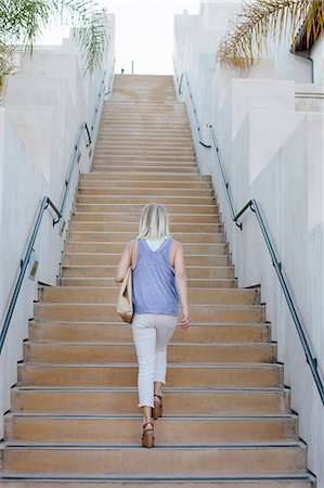 Blond woman walking up a staircase. Foto de stock - Sin royalties Premium, Código: 6118-08282265