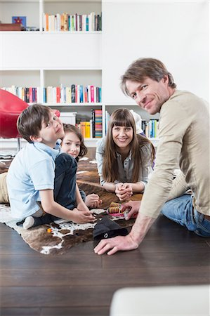 playing - Family playing board game Stock Photo - Premium Royalty-Free, Code: 6121-07740944