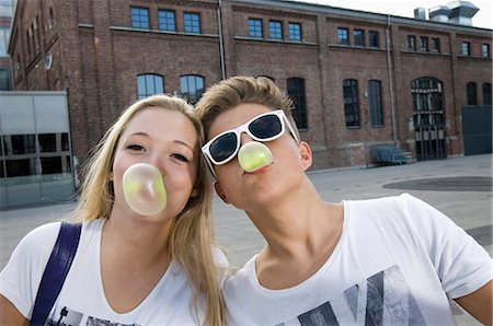 Teenage couple blowing bubble gum Stock Photo - Premium Royalty-Free, Code: 6121-07741610
