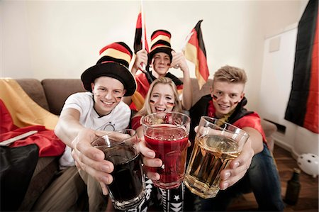 pennant flag - Teenage soccer fans toasting glasses Stock Photo - Premium Royalty-Free, Code: 6121-07741920