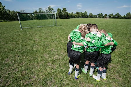 Junior soccer team in huddle circle from above Stockbilder - Premium RF Lizenzfrei, Bildnummer: 6121-07810309