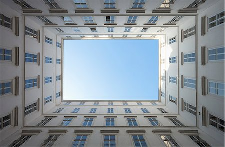 Apartment building courtyard from below Vienna Stockbilder - Premium RF Lizenzfrei, Bildnummer: 6121-07992674