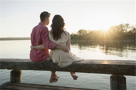 diversión - Mature couple sitting on pier looking at sunset, Bavaria, Germany Foto de stock - Sin royalties Premium, Código: 6121-08361570