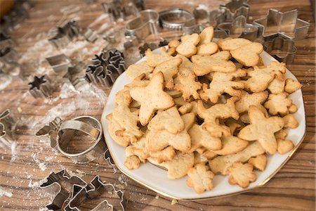 sugar - Variety of Christmas cookies and pastry cutter on kitchen counter, Munich, Bavaria, Germany Stock Photo - Premium Royalty-Free, Code: 6121-08522333