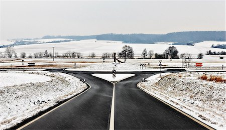 decision - Road and roundabout in snow Stock Photo - Premium Royalty-Free, Code: 6122-07697968