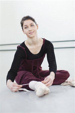 Ballet dancer tying her shoe in studio Stock Photo - Premium Royalty-Free, Code: 6122-07700265