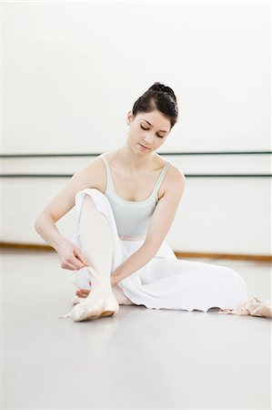 Ballet dancer tying her shoe in studio Stock Photo - Premium Royalty-Free, Code: 6122-07700266