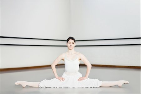 Ballet dancer doing splits in studio Stock Photo - Premium Royalty-Free, Code: 6122-07700268