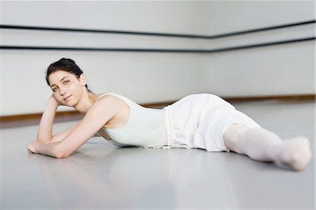 Ballet dancer doing splits in studio Stock Photo - Premium Royalty-Free, Code: 6122-07700269