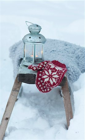 Mittens and lantern in snowy field Stock Photo - Premium Royalty-Free, Code: 6122-07703304