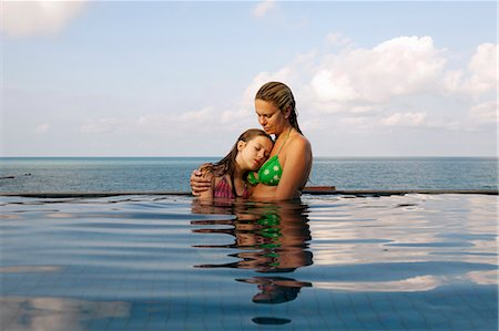 Mother and daughter in infinity pool Stock Photo - Premium Royalty-Free, Code: 6122-07707458