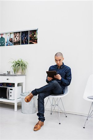 skinhead - Sweden, Freelancer sitting with digital tablet Stock Photo - Premium Royalty-Free, Code: 6126-08644040