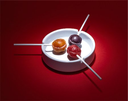 picture of a red lollipop - Lollipops in ashtray Stock Photo - Premium Royalty-Free, Code: 613-07068243