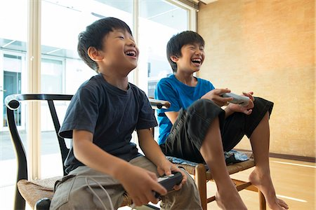 Japanese kids playing a video game Stock Photo - Premium Royalty-Free, Code: 613-07593311
