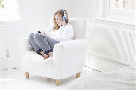 Teenage girl listening to music on smartphone Stock Photo - Premium Royalty-Free, Code: 613-08520198
