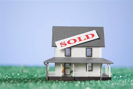 sold sign - Sold tag on a model home Stock Photo - Premium Royalty-Free, Code: 625-02266008