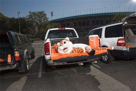 drunk passed out - Mascot sleeping on tailgate Stock Photo - Premium Royalty-Free, Code: 621-01618877
