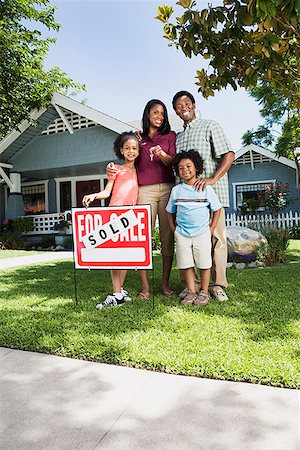 Family with sold sign in front of house Stock Photo - Premium Royalty-Free, Code: 621-01800300