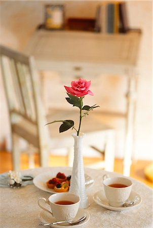 Pink Rose In Vase On Dinning Table Stock Photo - Premium Royalty-Free, Code: 622-06009739