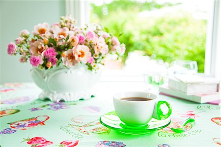 rose patterns - Cup of coffee and rose bouquet on a table Stock Photo - Premium Royalty-Free, Code: 622-06439642