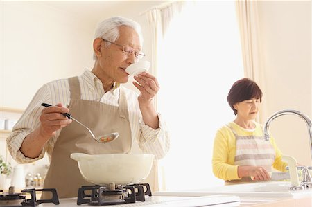 Senior adult Japanese couple in the kitchen Stock Photo - Premium Royalty-Free, Code: 622-07810954