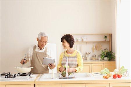 Senior adult Japanese couple in the kitchen Stock Photo - Premium Royalty-Free, Code: 622-07810955