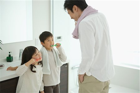 daily - Father with his children brushing teeth Stock Photo - Premium Royalty-Free, Code: 622-02759202