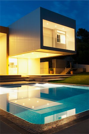Pool outside modern house at twilight Stock Photo - Premium Royalty-Free, Code: 635-05550309