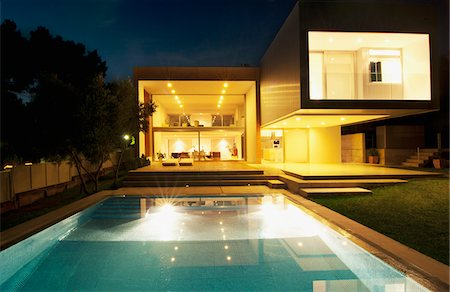 Pool outside modern house at night Stock Photo - Premium Royalty-Free, Code: 635-05550383