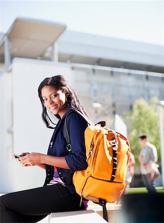 Student carrying backpack outdoors Foto de stock - Sin royalties Premium, Código: 635-05971517
