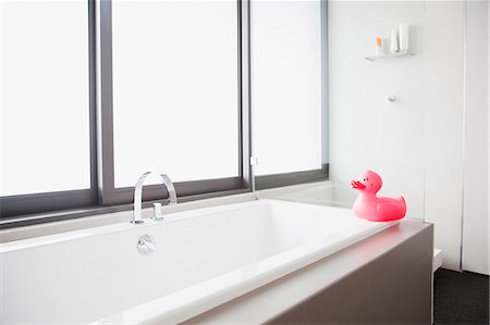 Pink rubber duck at edge of bathtub in modern bathroom Stock Photo - Premium Royalty-Free, Code: 635-06045400