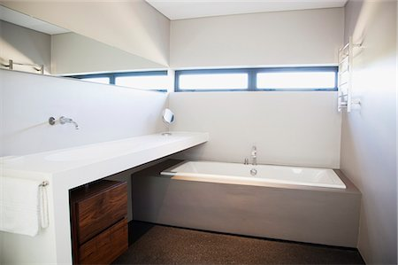 Modern bathroom Stock Photo - Premium Royalty-Free, Code: 635-06045439