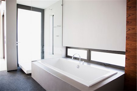 Modern bathroom Stock Photo - Premium Royalty-Free, Code: 635-06045451