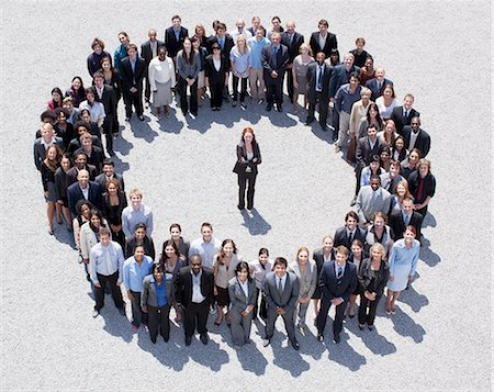 Portrait of woman standing at center of circle formed by business people Foto de stock - Sin royalties Premium, Código: 635-06191713