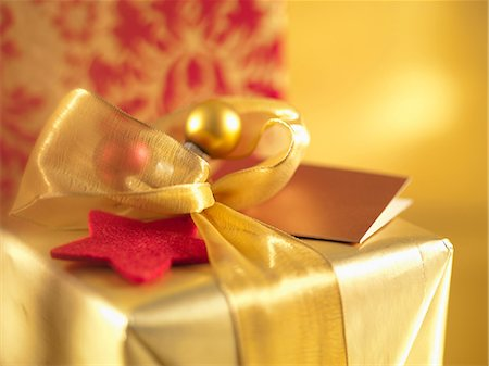 present wrapped close up - Christmas gifts with gold ribbons Stock Photo - Premium Royalty-Free, Code: 635-07364818