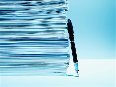 Fountain pen leaning against stack of paper Stock Photo - Premium Royalty-Free, Code: 635-03372898