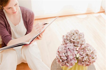 pretty pictures to draw - Woman with sketch pad looking at flowers in vase Stock Photo - Premium Royalty-Free, Code: 635-03641403