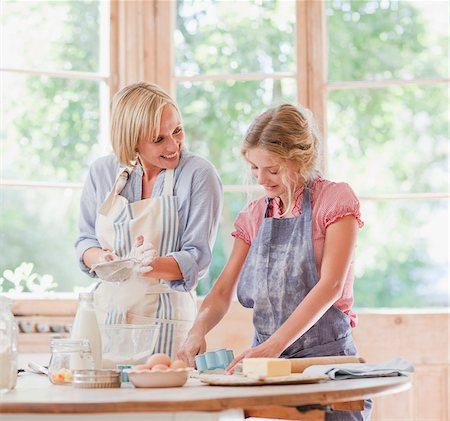 simsearch:846-02793283,k - Mother and daughter baking at table in kitchen Stock Photo - Premium Royalty-Free, Code: 635-03641489