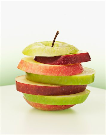 Alternating red and green apple slices Stock Photo - Premium Royalty-Free, Code: 635-03641775