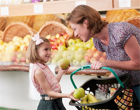 placing - Mother and daughter buying fruit in grocery store Stock Photo - Premium Royalty-Free, Code: 635-03685020
