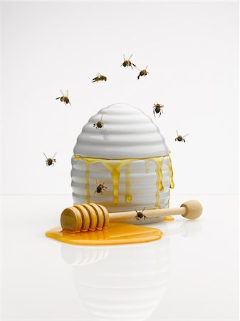 Bees flying around honey jar Stock Photo - Premium Royalty-Free, Code: 635-03685740