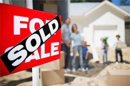 sold sign - Sold sign on house with family in the background Stock Photo - Premium Royalty-Free, Code: 635-03752504