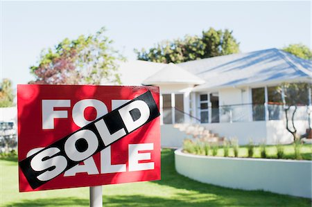 sold sign - Sold sign in front yard of house Stock Photo - Premium Royalty-Free, Code: 635-03752521