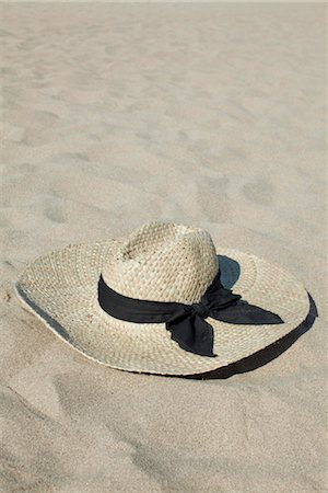Straw hat on beach Stock Photo - Premium Royalty-Free, Code: 632-05759580