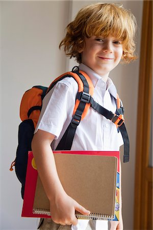 Boy prepared for school, carrying backpack and notebooks Foto de stock - Sin royalties Premium, Código: 632-05816983